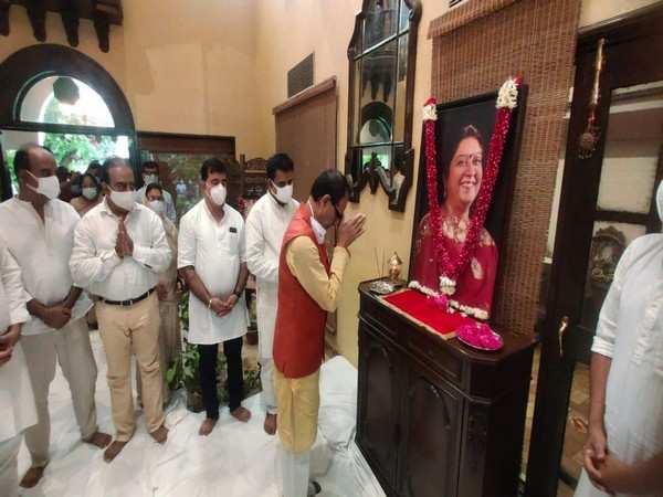 Shivraj Singh Chouhan offers condolences on demise of Indore MP Shankar Lalwani's wife
