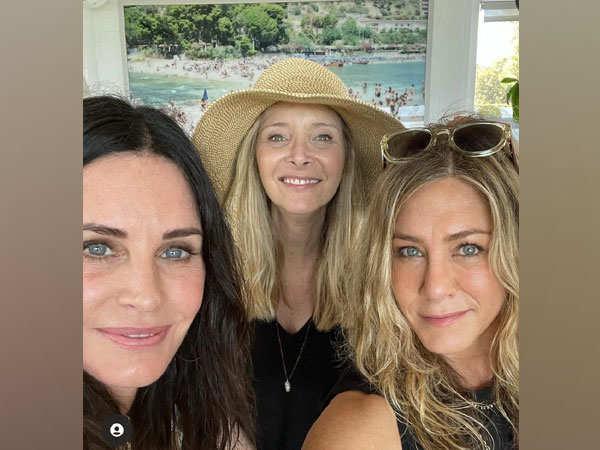 'Friends' co-stars Jennifer Aniston, Courteney Cox, Lisa Kudrow reunite on US Independence Day