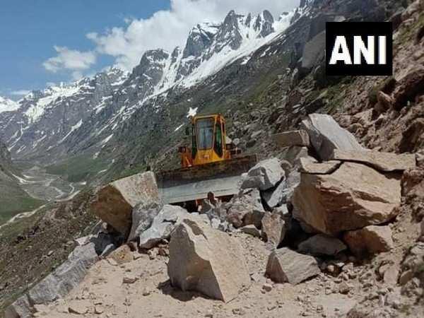 Himachal Pradesh: State highway connecting Gramphu to Kaza blocked due to landslide